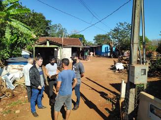 Policiais conversam com vizinhos do açougueiro morto em Indápolis (Imagem: Adilson Domingos)