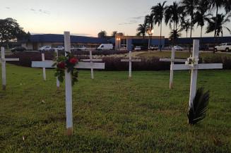 Cruzes instaladas em frente à Prefeitura de Dourados no ano passado (Imagem: Adilson Domingos)