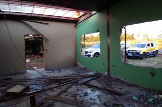 Casa de chácara teve portas, janelas e outros objetos retirados (Imagem: Divulgação)
